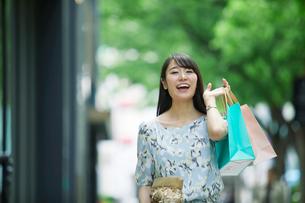 買い物をする女性の写真素材 [FYI01801856]