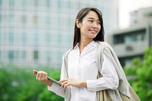 タブレットPCを持つ女性の写真素材 [FYI01801858]