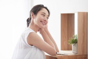 鏡の前でスキンケアをする女性の写真素材 [FYI01801865]