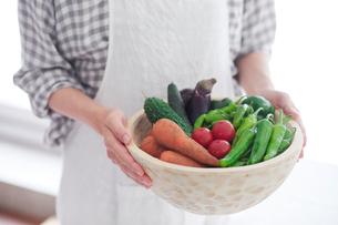 野菜を持つ女性の手の写真素材 [FYI01801871]