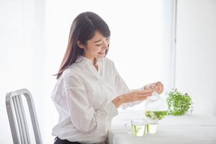 お茶を飲む女性の写真素材 [FYI01801872]