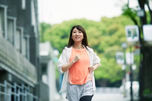 街を走る女性の写真素材 [FYI01801874]