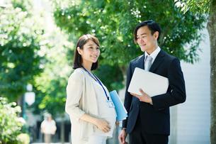 仕事をする妊婦女性と男性の写真素材 [FYI01801875]