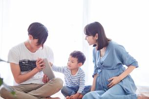 タブレットPCを見る親子の写真素材 [FYI01801880]