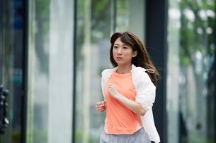 街を走る女性の写真素材 [FYI01801881]