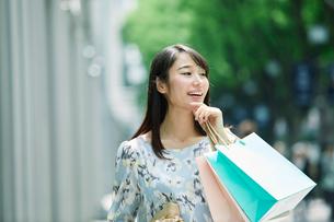 買い物をする女性の写真素材 [FYI01801889]