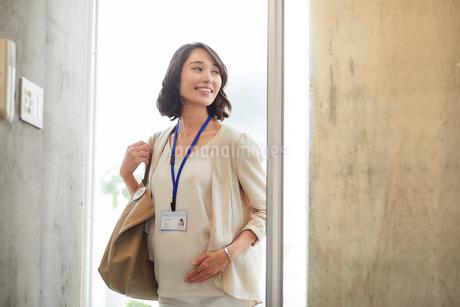 オフィスで働く妊婦の写真素材 [FYI01801895]