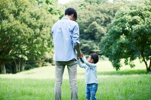 緑の中で遊ぶ家族の写真素材 [FYI01801899]
