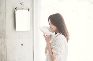 顔を拭く女性の写真素材 [FYI01801901]