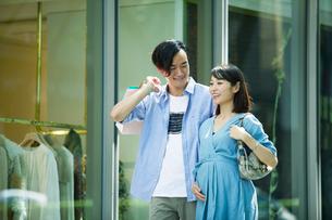 買い物をする女性と男性の写真素材 [FYI01801904]