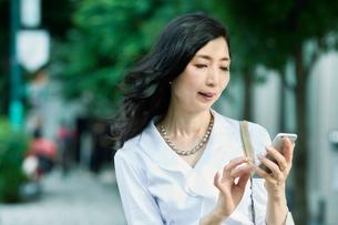 スマートフォンを持つ女性の写真素材 [FYI01801906]