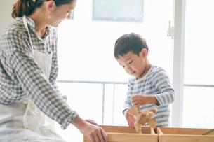 おもちゃ箱と男の子と女性の写真素材 [FYI01801911]
