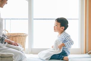 洗濯物をたたむ男の子と女性の写真素材 [FYI01801912]