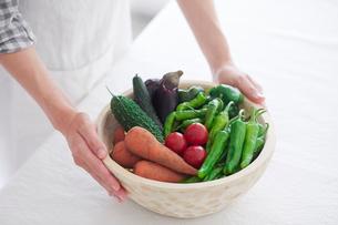 野菜を持つ女性の手の写真素材 [FYI01801913]
