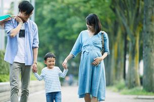 買い物をする家族の写真素材 [FYI01801918]