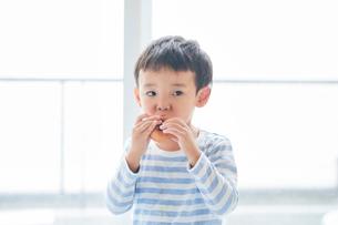 ドーナツを持つ男の子の写真素材 [FYI01801919]