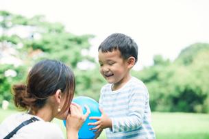 緑の中で遊ぶ家族の写真素材 [FYI01801922]