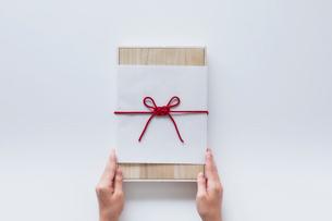 贈り物と女性の手の写真素材 [FYI01801925]