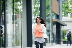 街を走る女性の写真素材 [FYI01801929]