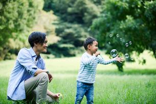 緑の中で遊ぶ家族の写真素材 [FYI01801931]