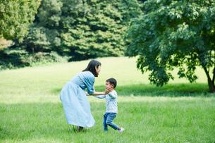 緑の中で遊ぶ家族の写真素材 [FYI01801935]