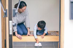 玄関にいる男の子と女性の写真素材 [FYI01801936]
