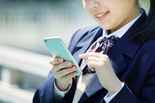 スマートフォンを持つ女子学生の写真素材 [FYI01801944]