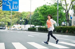 街を走る女性の写真素材 [FYI01801952]