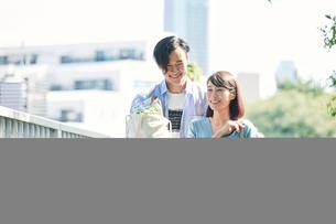 買い物をする女性と男性の写真素材 [FYI01801957]