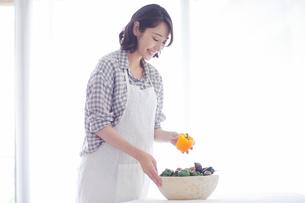 野菜を持つ女性の写真素材 [FYI01801965]