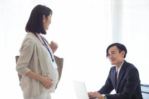 仕事をする妊婦女性と男性の写真素材 [FYI01801972]
