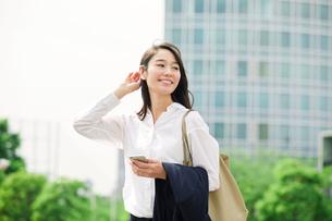 スマートフォンを持つ女性の写真素材 [FYI01801980]