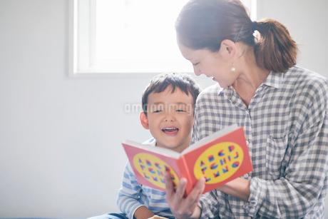 絵本を読む母親と男の子の写真素材 [FYI01801990]