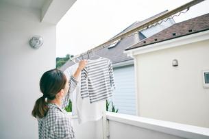 洗濯物を干す女性の写真素材 [FYI01801991]