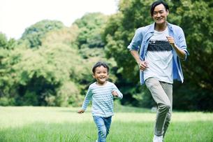 緑の中で遊ぶ家族の写真素材 [FYI01801993]
