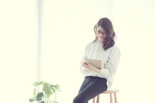 タブレットを持つ女性の写真素材 [FYI01801994]