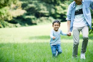 緑の中で遊ぶ家族の写真素材 [FYI01801996]