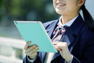 タブレットPCを持つ女子学生の写真素材 [FYI01802001]