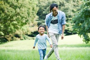 緑の中で遊ぶ家族の写真素材 [FYI01802007]