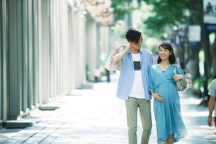 買い物をする女性と男性の写真素材 [FYI01802011]