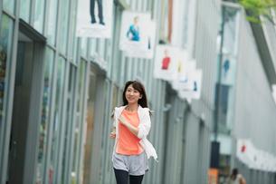 街を走る女性の写真素材 [FYI01802018]
