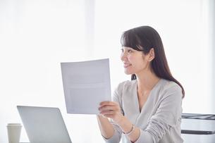 オフィスでパソコンに向かい働く女性の写真素材 [FYI01802020]