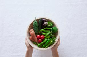 野菜を持つ女性の手の写真素材 [FYI01802025]