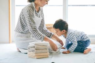 洗濯物をたたむ男の子と女性の写真素材 [FYI01802037]