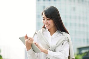 タブレットPCを持つ女性の写真素材 [FYI01802038]