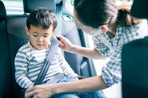 シートベルトをする男の子と女性の写真素材 [FYI01802041]