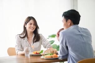 食事をする女性と男性の写真素材 [FYI01802044]