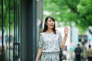 街を歩く女性の写真素材 [FYI01802053]