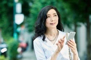 スマートフォンを持つ女性の写真素材 [FYI01802060]