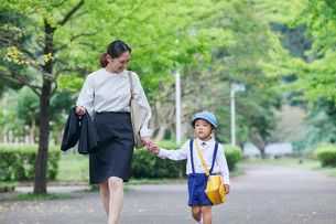 仕事へ向かう女性と男の子の写真素材 [FYI01802063]